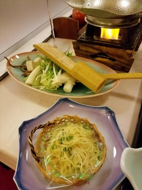 20171111_180244_R 福島産地鶏川俣軍鶏つみれの豆乳鍋、自分で野菜と軍鶏のつみれを投入