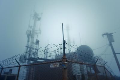 電波塔 霧の向こう