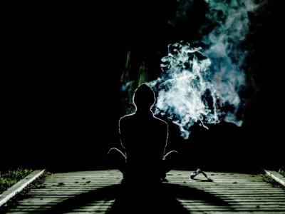 背中 煙り 影