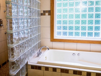 ONKYOお風呂の天井を振動させて音楽を楽しむシステムを開発。浴室に穴を開けずに取り付け可能