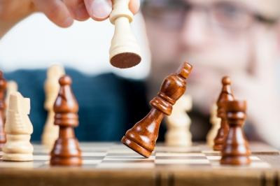 チェス盤 争い 自滅