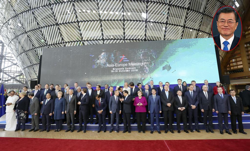韓国・文在寅大統領、ASEMアジア欧州会議での集合写真撮影で誰も呼びに来ず、卒業写真の欠席児童扱いに(画像)