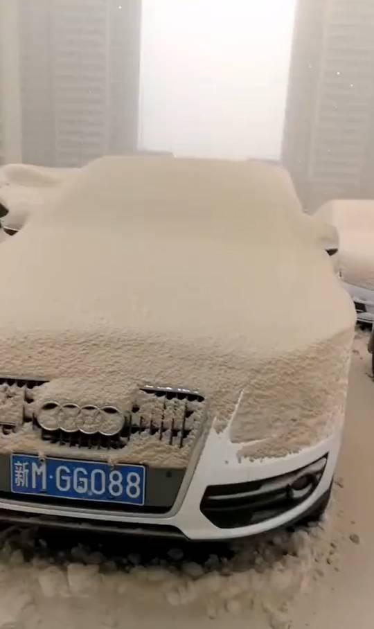 中国の大気汚染の影響で、新疆ウイグルでとんでもない色の雪が降る (画像)