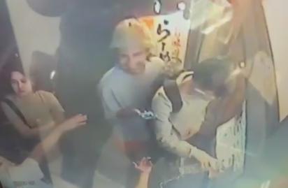 渋谷のハロウィン暴徒騒動、店外の券売機に水を注がれ破壊されたラーメン店が防犯カメラ映像公開「券売機は300万円。被害届は棄却するので逮捕される前に謝罪に来るように」→ 犯人が謝罪、