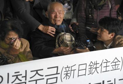 朝日新聞 「中国にも戦時中に過酷な労働を強いられた賠償問題がある。新日鉄住金に対し賠償を命じた韓国の徴用工賠償訴訟の判決は、中国の元労働者やに影響を与える可能性もある」