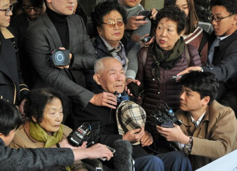 韓国外務省「日本は我が国民感情を刺激する発言を続けている」 韓国大統領府「河野外相の発言は過剰反応で遺憾。三権分立の原則に従い司法判断を尊重せねばならない」 … 大統領府高官が徴用工判決を巡って日本の対応を批判したのは初