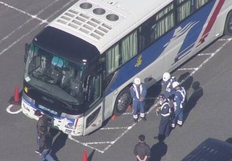 観光バスの運転手(46)、走行中に泡を吹き意識不明に→ バスが蛇行し、異変に気付いた乗客達がハンドルを操作し停止させる … 乗客「いろいろなスイッチを触りバスを止めた」