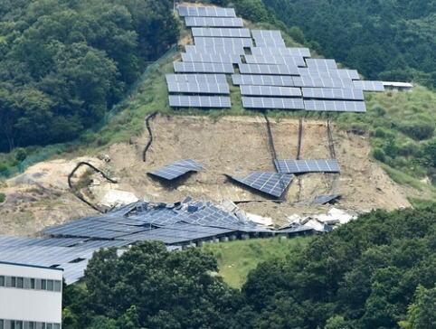 自然災害が相次いだ今年、山の斜面を覆っていた太陽光パネル千枚超が山ごと崩れ、脆さを露呈 … 近隣住民「早く閉鎖して。4ヶ月過ぎたが業者からいまだに説明がない」