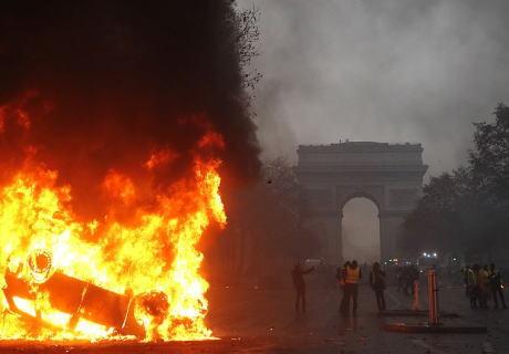 フランス・パリでの燃料税の引き上げに抗議するデモ隊が暴徒化、放火や商店への略奪など治安部隊と激しく衝突する事態に … 一連の衝突で400人以上が拘束、130人以上がけが