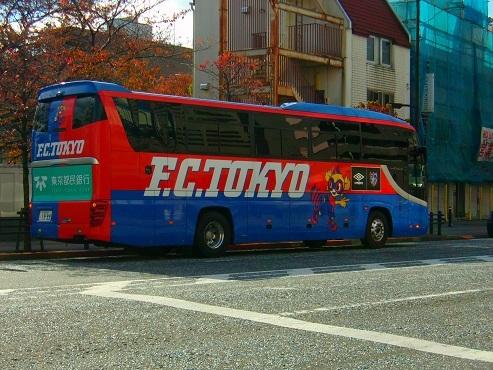 通りすがりに見かけたFC東京のチームバスa