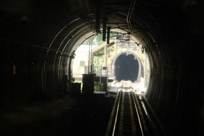 トンネルに挟まれたほくほく大島駅
