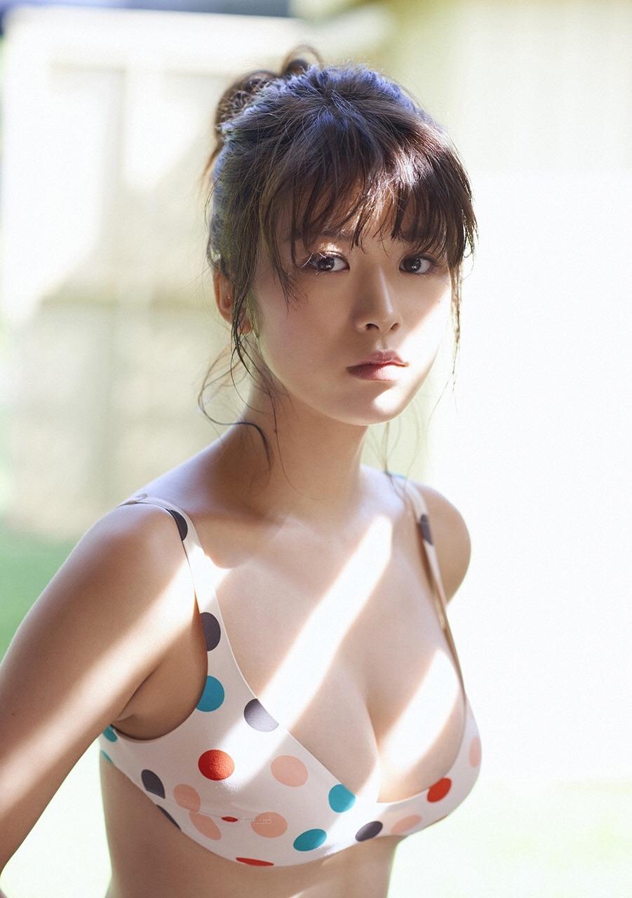 美胸と美くびれがセクシーな馬場ふみかのグラビア画像
