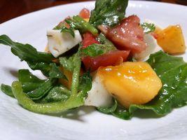 【写真】トマトとモツァレラチーズとアイスプラントと柿のカプレーゼ