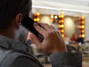 man-talking-on-the-phone-1582238_1920.jpg