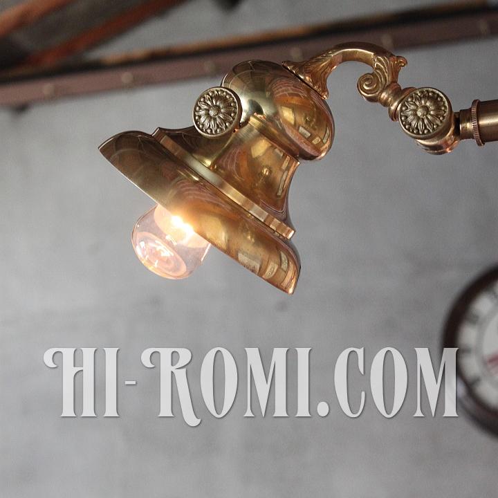コロニアル角度調整付きベル型シェード真鍮製ウォールライト。