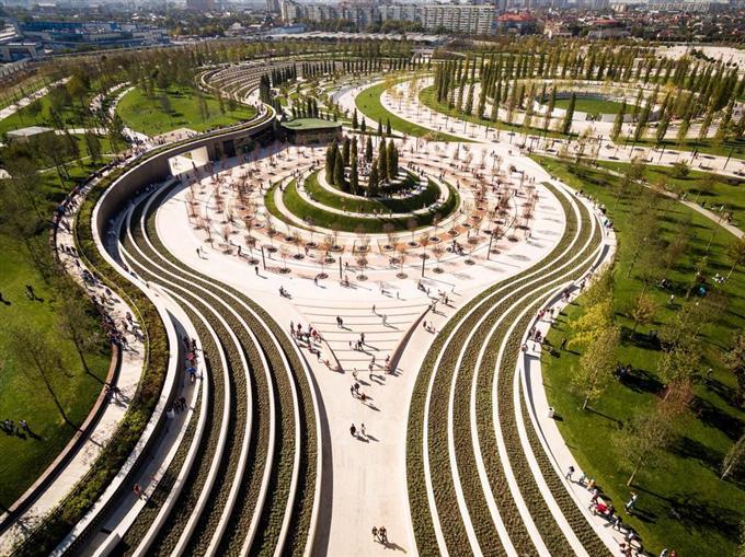 dly1710100008-f1_ロシア南部に新設された公園。計算された曲線が優美だ。