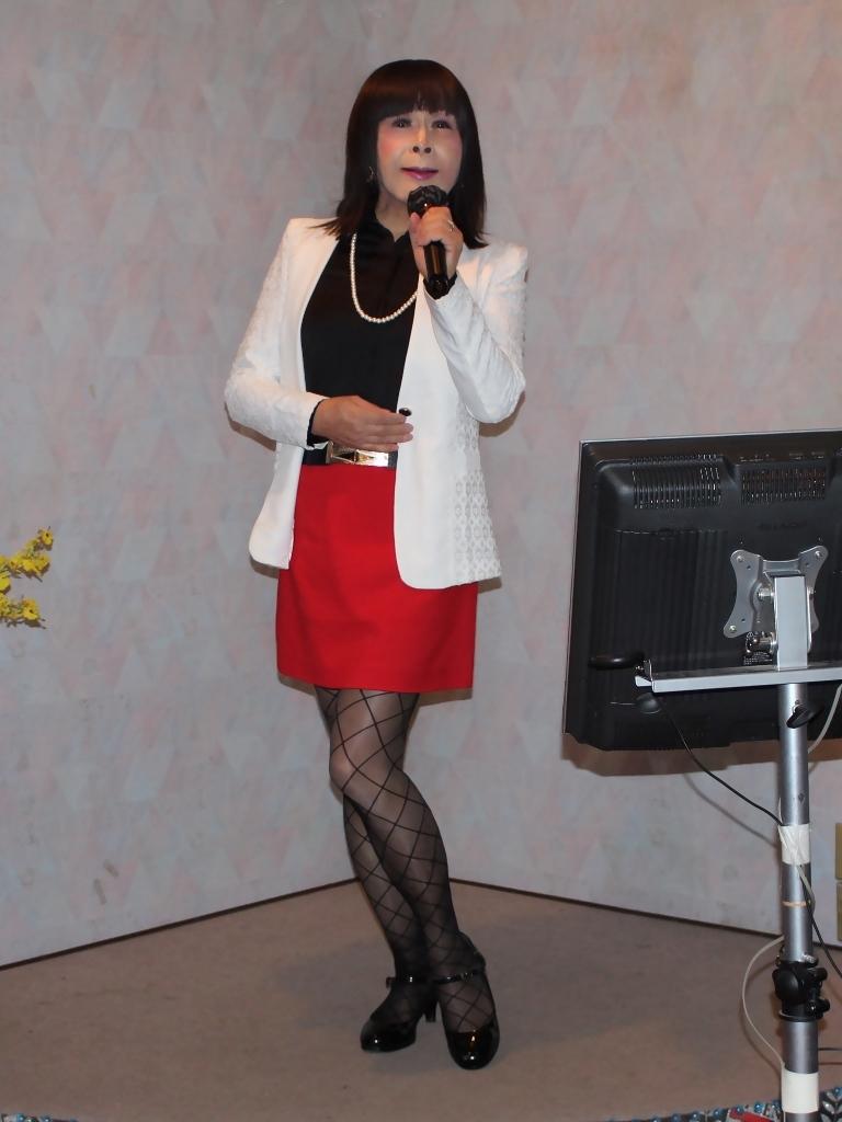 黒ブラウス赤タイトミニスカカラオケ(3)