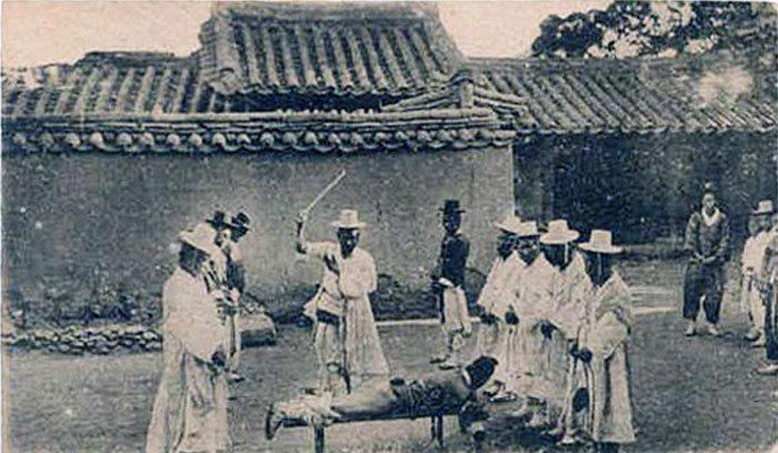 笞刑 WHIPPING PRISONER 1903年 朝鮮伝統の刑罰であり男女の区別なく行われた。
