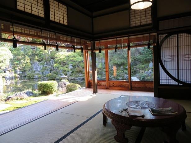 石谷家住宅 座敷から庭園を眺める