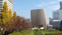 お堀から見た靖国通りの銀杏並木と昭和館