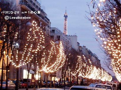 クリスマスの光あふれる並木とエッフェル塔downsize