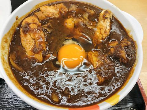 ごろごろ煮込みチキンカレーに生卵投入@松屋