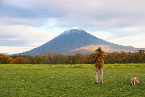 山を撮るおじさんと柴犬②