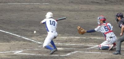 PB094978岐阜聖徳7回裏無死一、二塁から9番広瀬は送りバント、捕った捕手が一塁へ悪送球し、二走が生還し1点追加