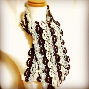 かぎ針編みのマフラー