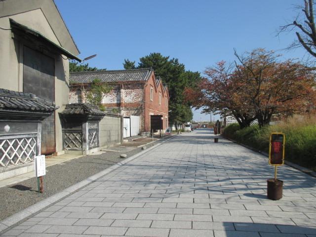 庭園入口、煉瓦蔵遠景