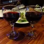 左(私) ハウスワイン 421円、右(夫)フェアワイン 842円