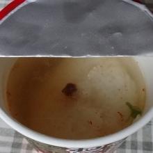 熱湯を線まで注ぎます。