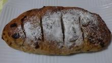 くるみとレーズンのずっしりパン 324円