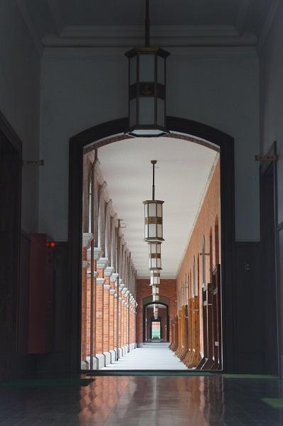 兵学校学生館の通路。中庭の明かりを受けて回廊が美しいです