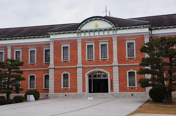 旧海軍兵学校生徒館、現在は幹部候補生学校庁舎として使われる赤レンガ庁舎