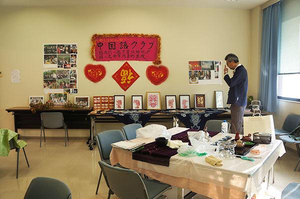 開始前、展示物の点検やお茶のお道具を取り出して、設えの準備中
