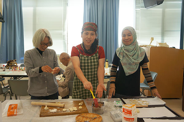 昨年もいらしたお客様と講師の李さん、お友達のマレーシアのケーキ作り名人の方