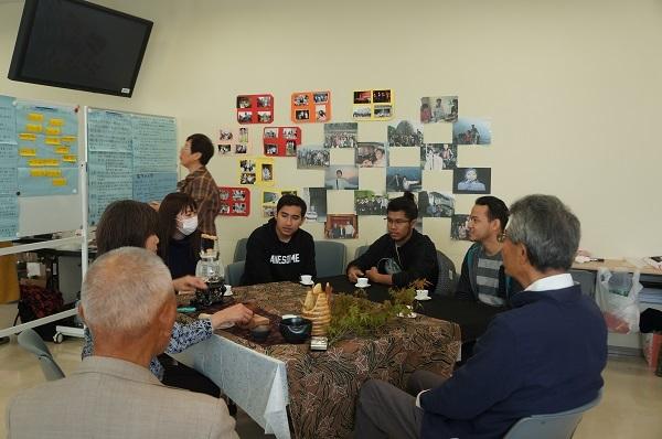 工学部に在籍するマレーシア国籍の留学生達と中国茶の頂きながら歓談風景
