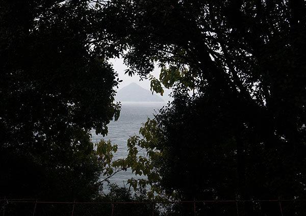 明神小屋から大槌島の島影を望む