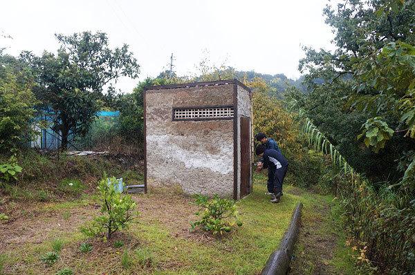 明神鼻小屋のボランティアによる力作のトイレ全景