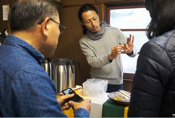 EXCAFE杉本氏による、ほおずきを利用したお茶とお菓子のレクチャー風景