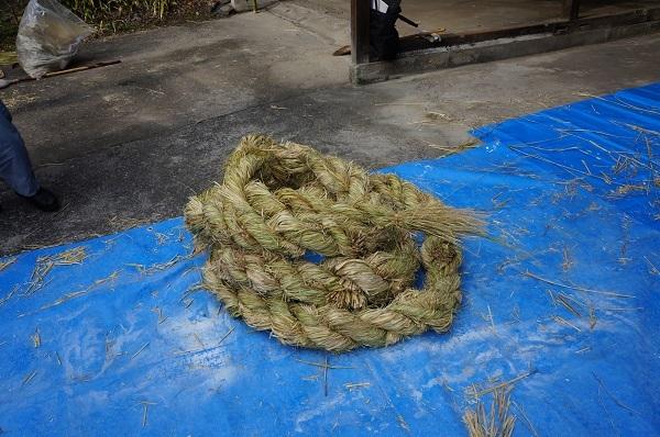 出来上がった注連縄は、まるでトグロを巻く大蛇のよう(^^;