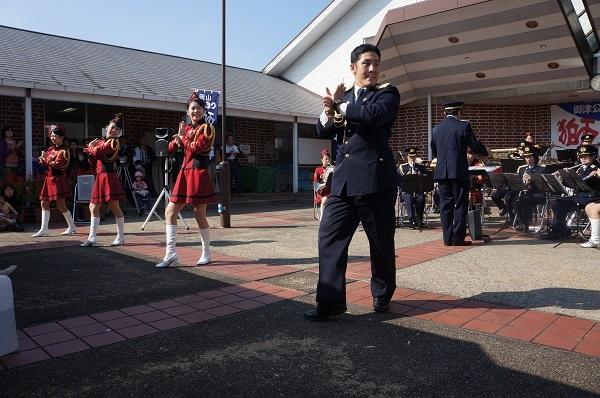 岡山県警音楽隊による『恋ダンス』のパフォーマンス付きミニ演奏会の様子