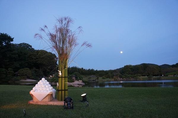 沢の池から東山方面に昇った名月とお供え