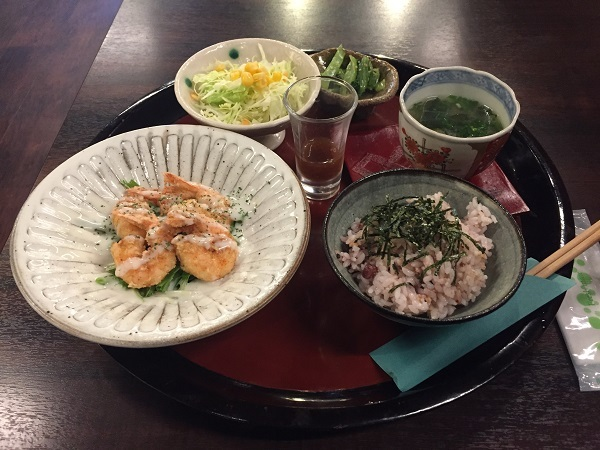 『シーズ藤原家』の週替りランチのエビのマヨネーズ和え定食、食後のコーヒー付き