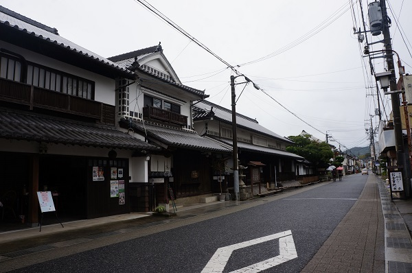 雨の影響で、イベント中にもかかわらず人通りが少ない矢掛本陣付近の街道の様子