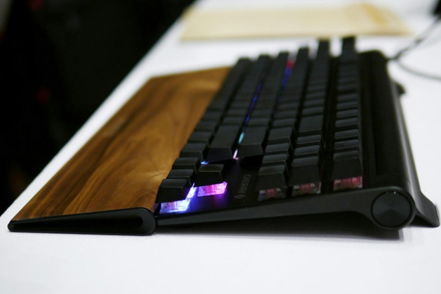 CHERRY_MX_BOARD8_RGB_04.jpg