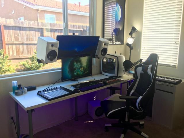 PC_Desk_UltlaWideMonitor19_58.jpg