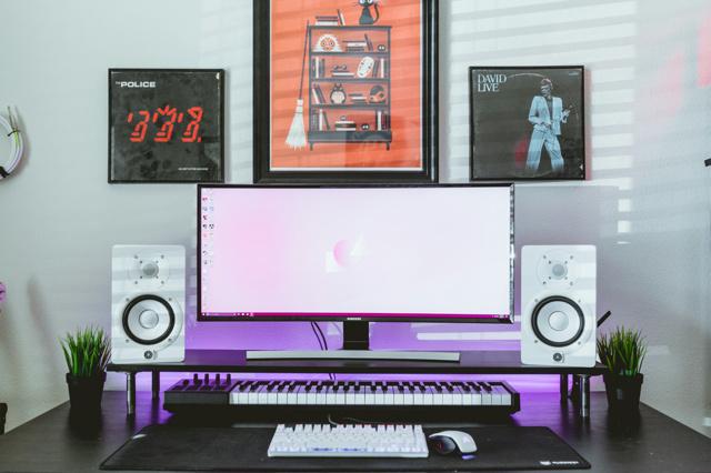 PC_Desk_UltlaWideMonitor19_84.jpg