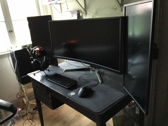 PC_Desk_UltlaWideMonitor21_92.jpg